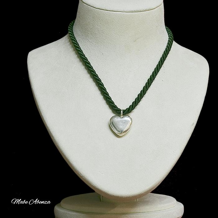 Corazón de plata con cordón de seda